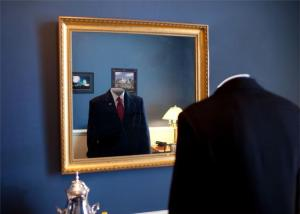 Invisible Man in the Mirror Invisible frente al espejo