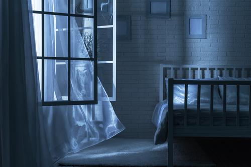 Resultado de imagen de ventana abierta de noche